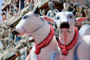 Figuren an einem Hindutempel in Chinatown, Singapur