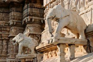 Dekoration an einem Hindutempel in Udaipur, Indien