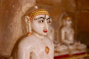 Statuen in einem Jaintempel in Jaisalmer, Indien
