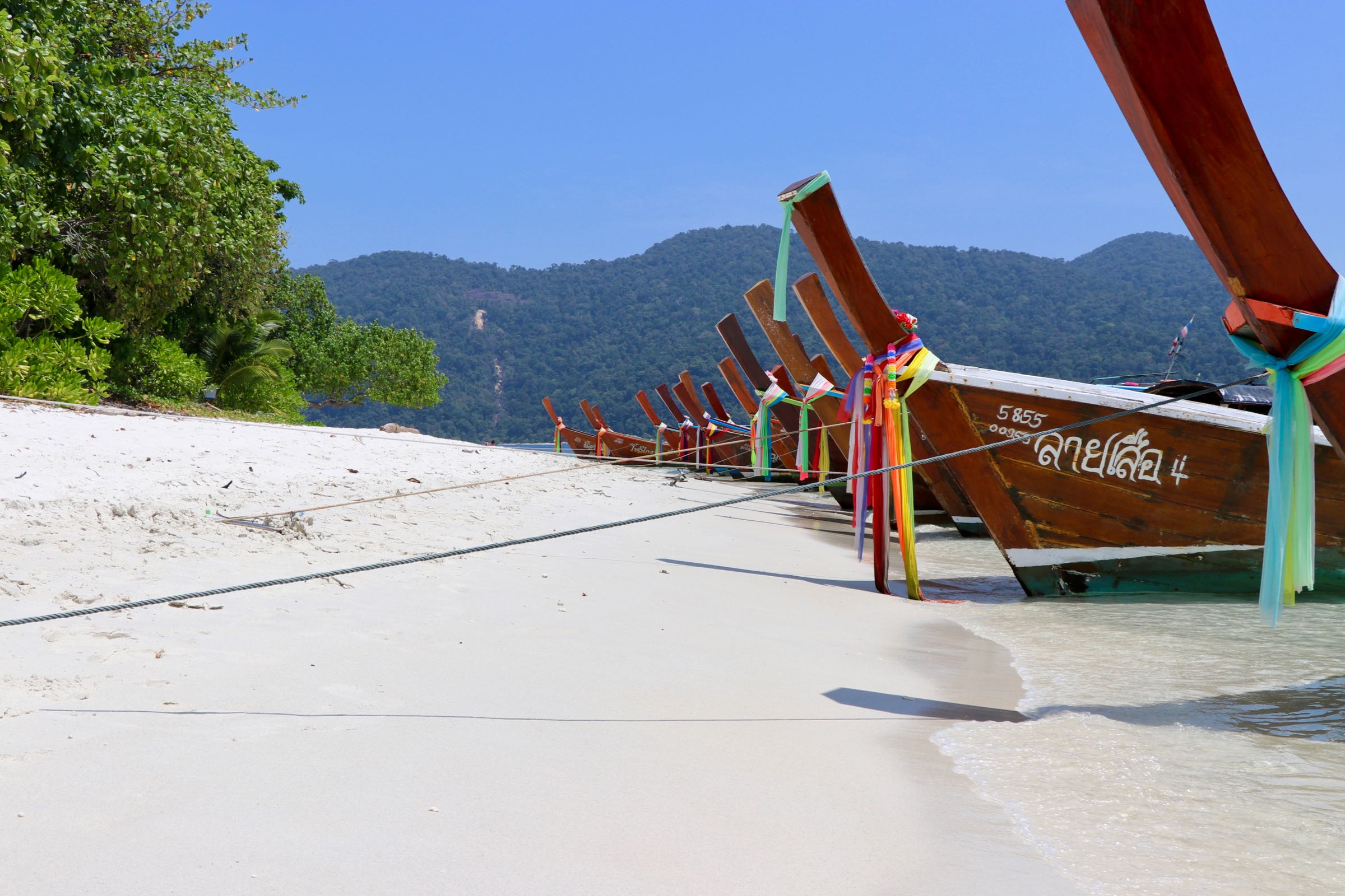 Langboote auf Ko Ra Wi, Thailand