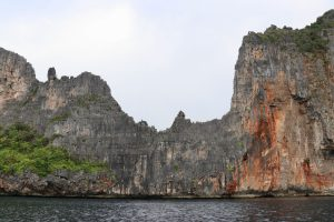 Felswand auf Ko Phi Phi Leh, Thailand