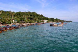 Langboote auf Ko Phi Phi Don, Thailand