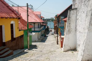 Straße in Flores, Petén, Guatemala