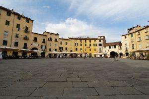 Piazza dell'Anfiteatro in Lucca, Toskana, Italien